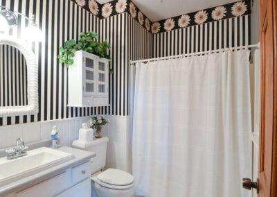 Daisy bathroom at Blissful Ridge Lodge